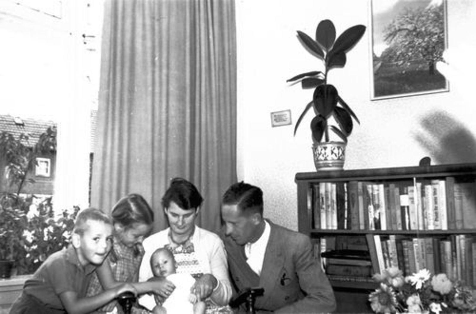 Roelink W Fr 1959± Gezin met gezinshulp Femmie vd Helm 01