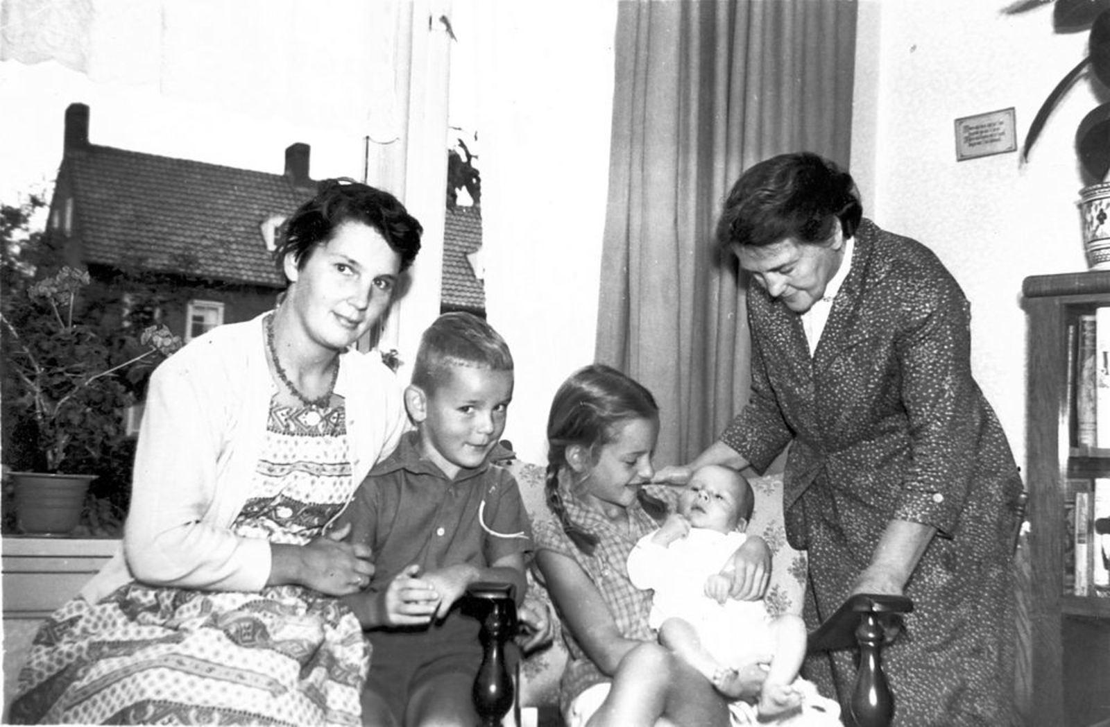 Roelink W Fr 1959± Gezin met gezinshulp Femmie vd Helm 02