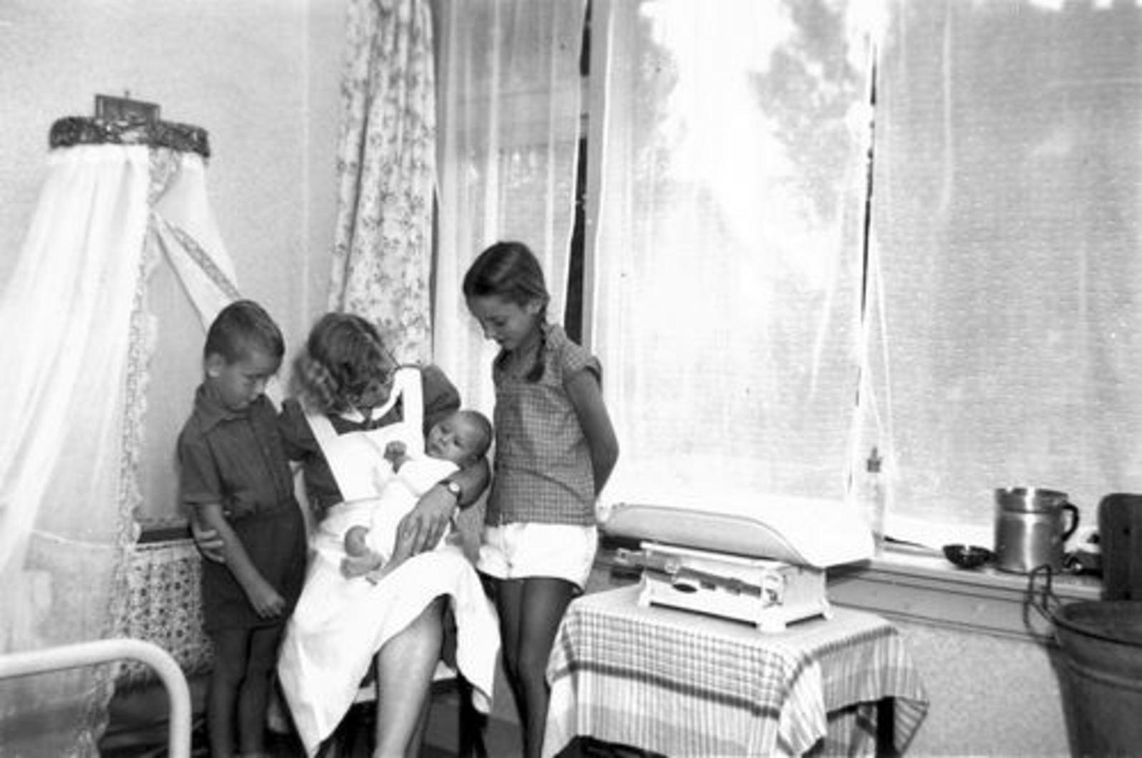 Roelink W Fr 1959± Gezin met gezinshulp Femmie vd Helm 03