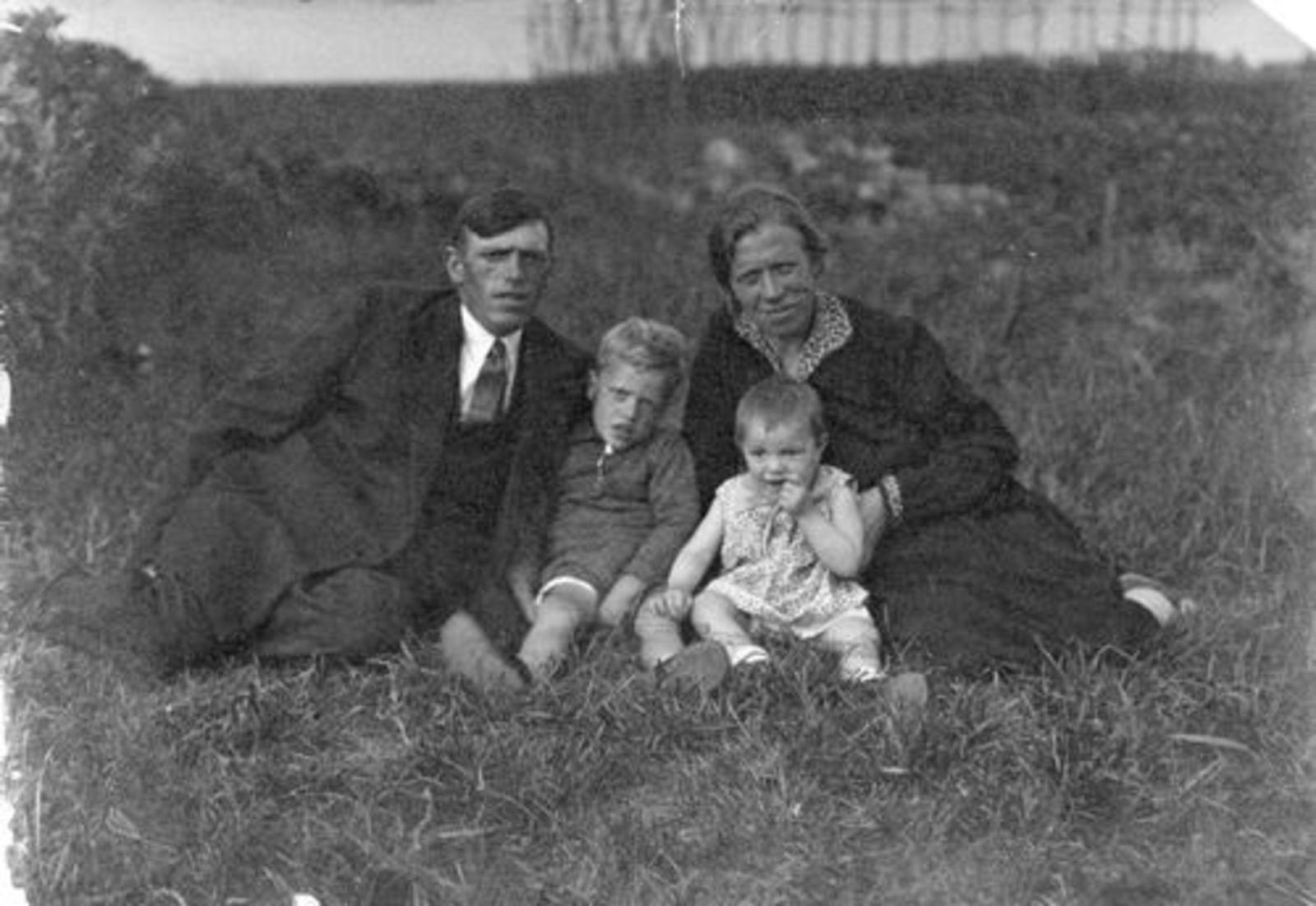 Sauer Cornelis 1899 19__ Jeanette B W J met Leen en Sijtje 01_5