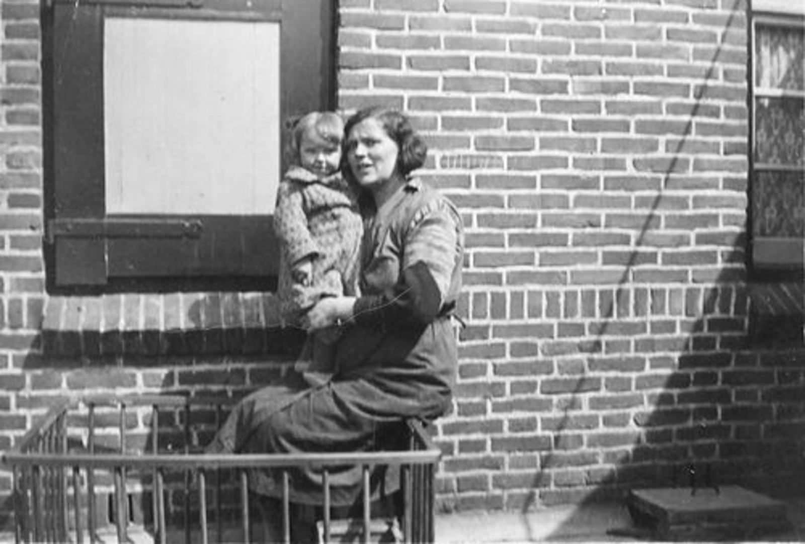 Schelvis Annie 1937 1938 buiten in Box met Moeder