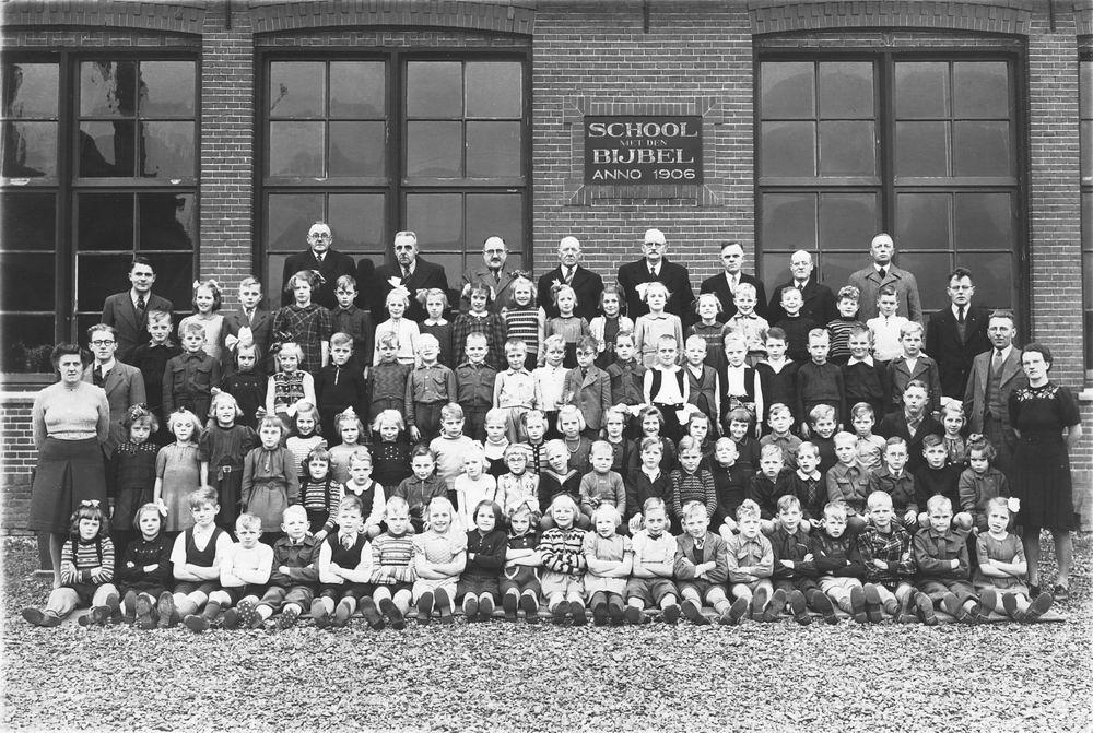 <b>ZOEKPLAATJE:</b>School met Bijbel Nieuw Vennep Schoolstraat 1947 01