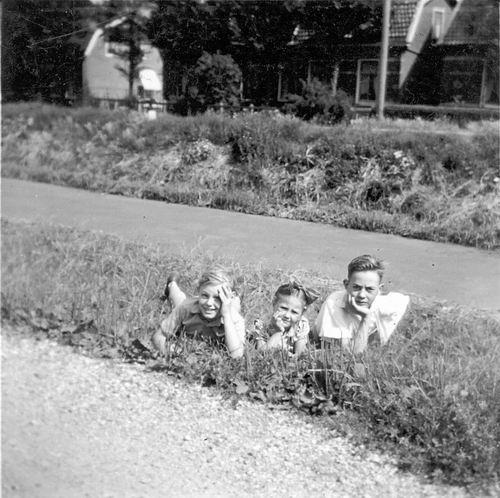 Schoolstraat 0035 19__ met fam Schreuders 13 met zicht op Venneperweg