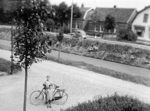 Schoolstraat 0035 19__ met fam Schreuders 14 met zicht op Venneperweg