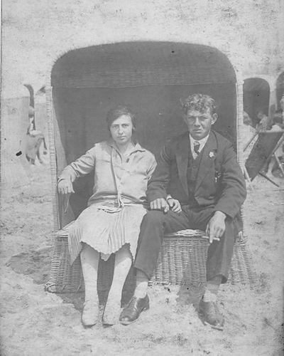 Schreuders Cornelis 1908 19__ met vrouw in Strandstoel 01
