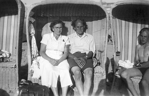 Schreuders Cornelis 1908 19__ met vrouw in Strandstoel 02