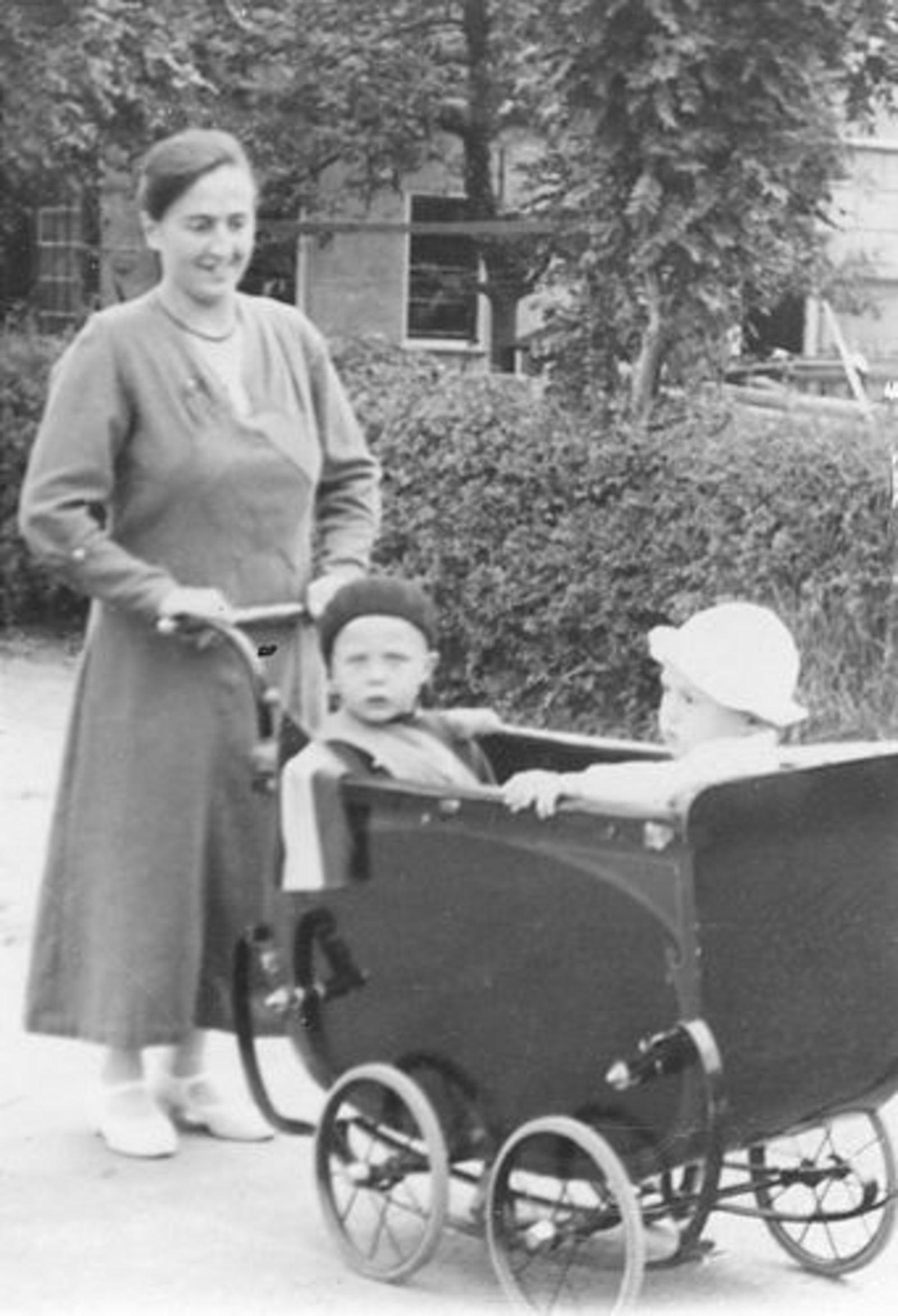 Schreuders-Feeleus Jannie 1936± met zoons in Wandelwagen