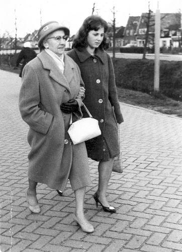 Schreuders-Feeleus Jannie 19__ met dochter Gretha in Schoolstraat