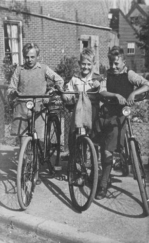 Schreuders Gert 1932 19__ met broers Bram en Leen op de Fiets
