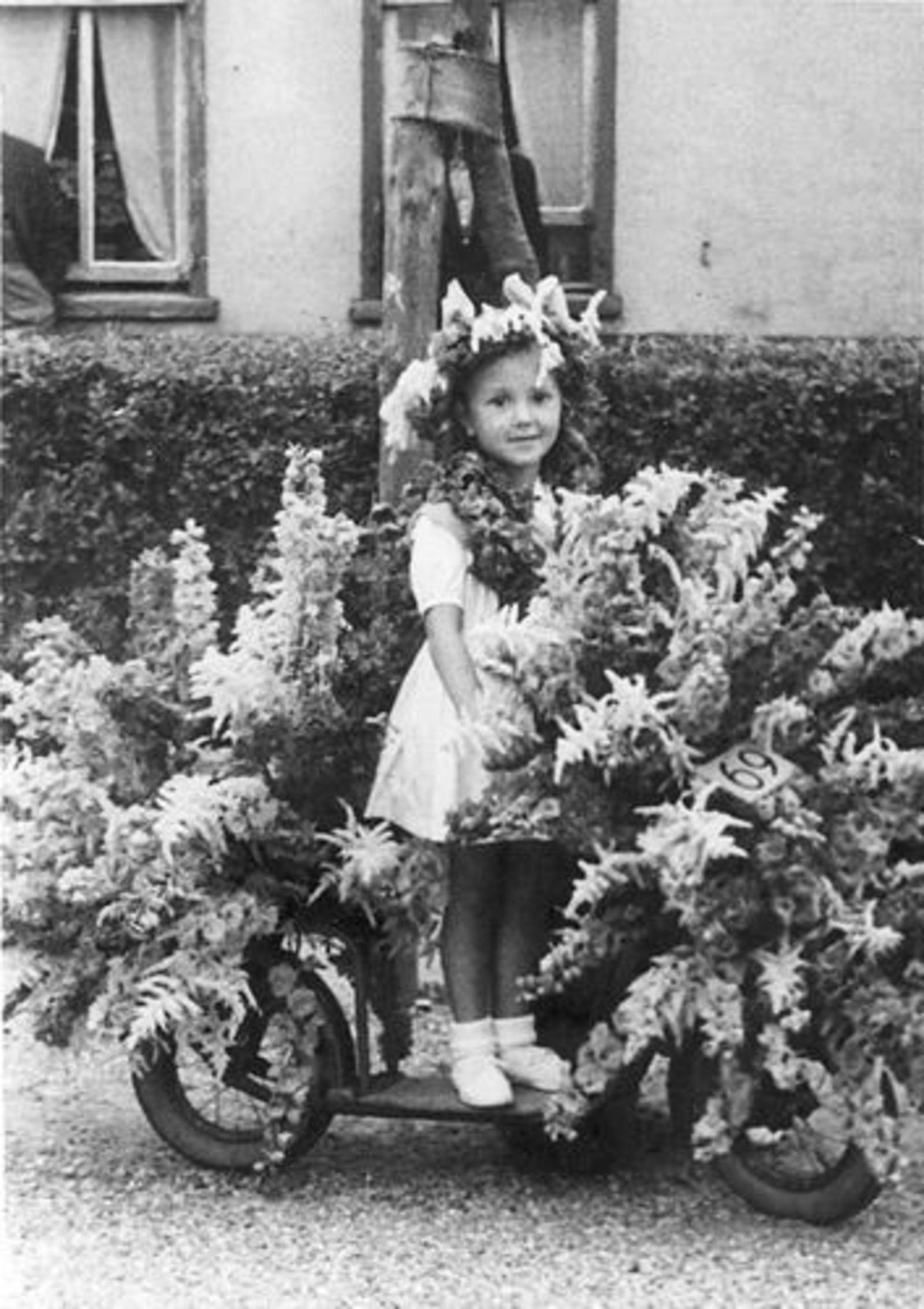 Schreuders Gretha 1951± met Versierde Step voor Koninginnedag
