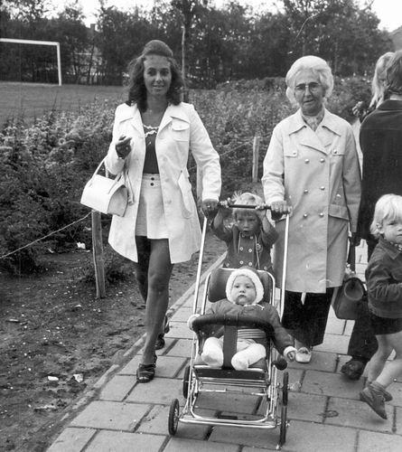Schreuders Gretha 1972 met Moeder en Kinderen naar Kermis
