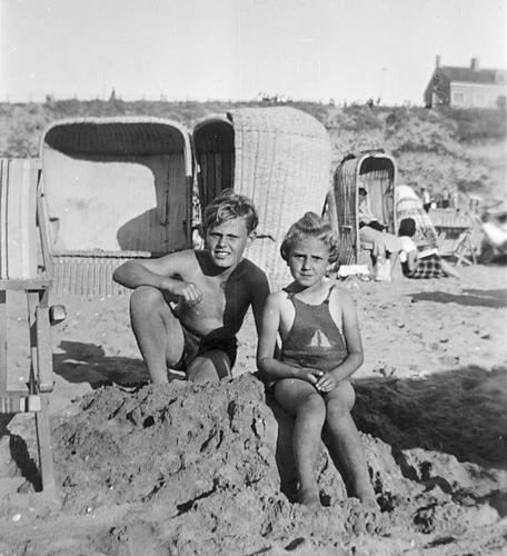 Schreuders Gretha 19__ met broer Arnoud in Strandstoel