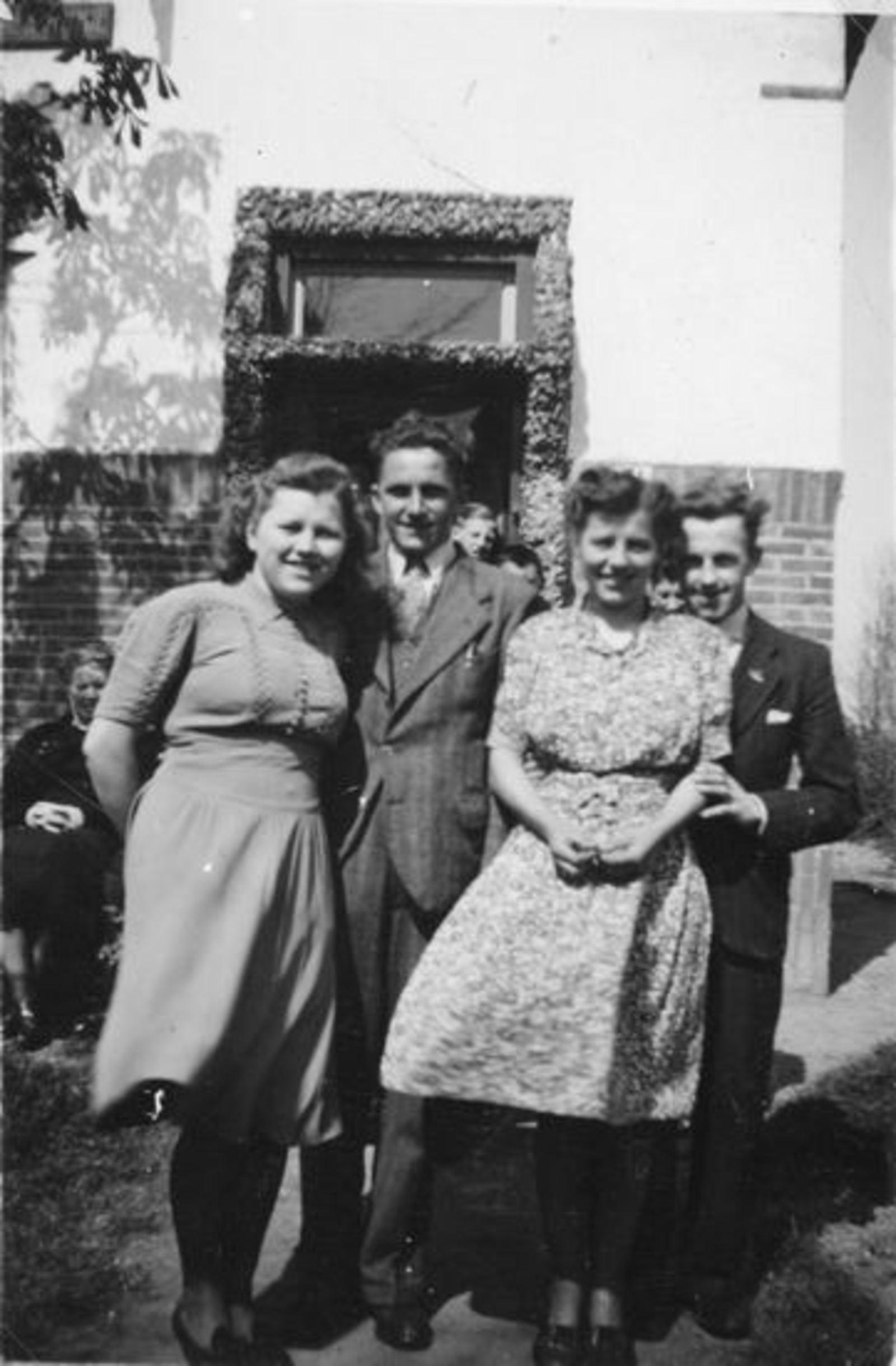 Sluis Gerrij 1917 19__ met zus Alie en Ega's