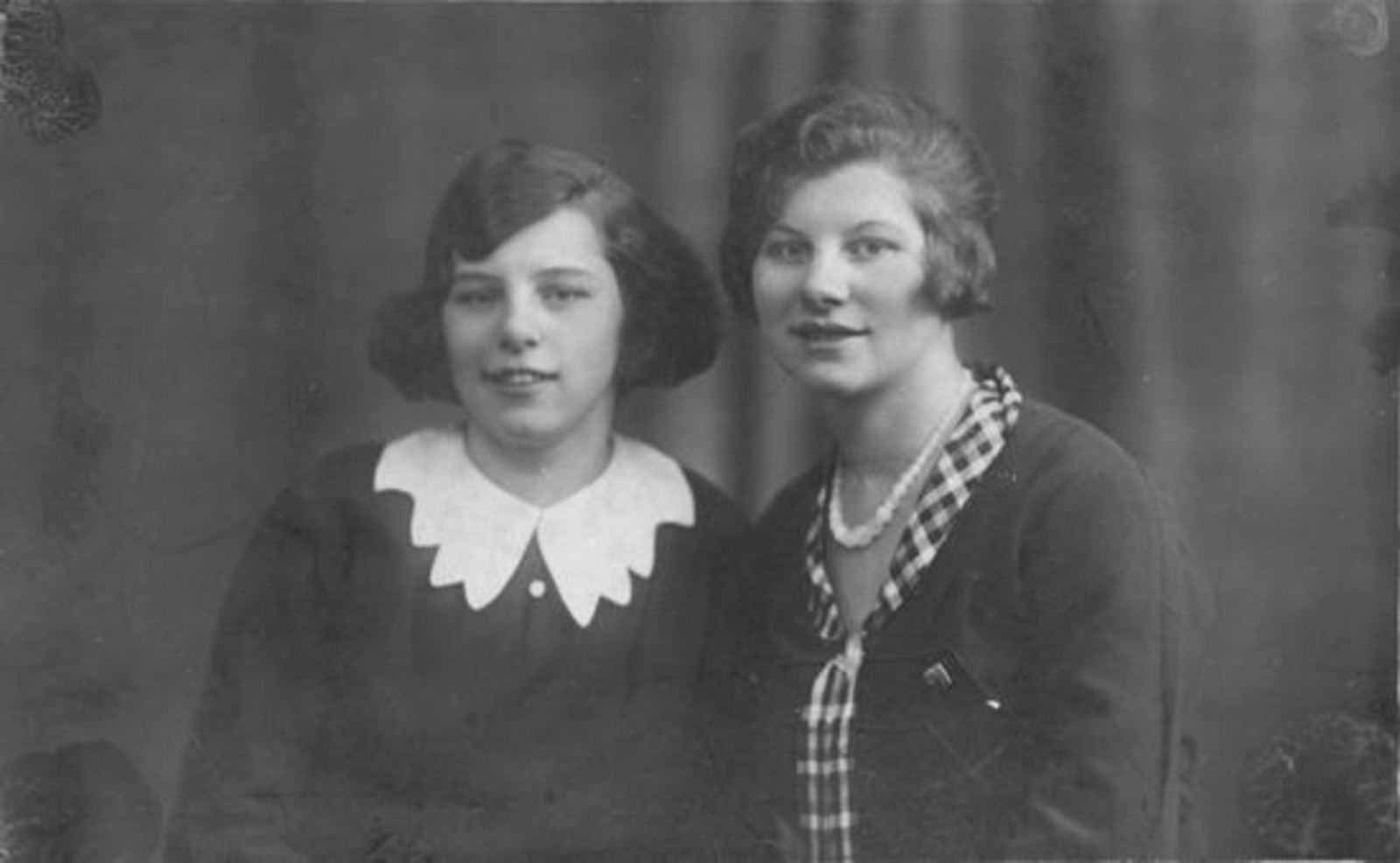 Sluis Gerrij 1917 19__ met zus Hennie bij Fotograaf