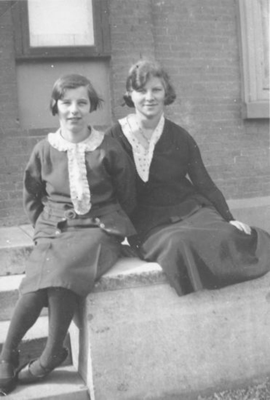 Sluis Gerrij 1917 19__ met zus Hennie voor Raadhuis