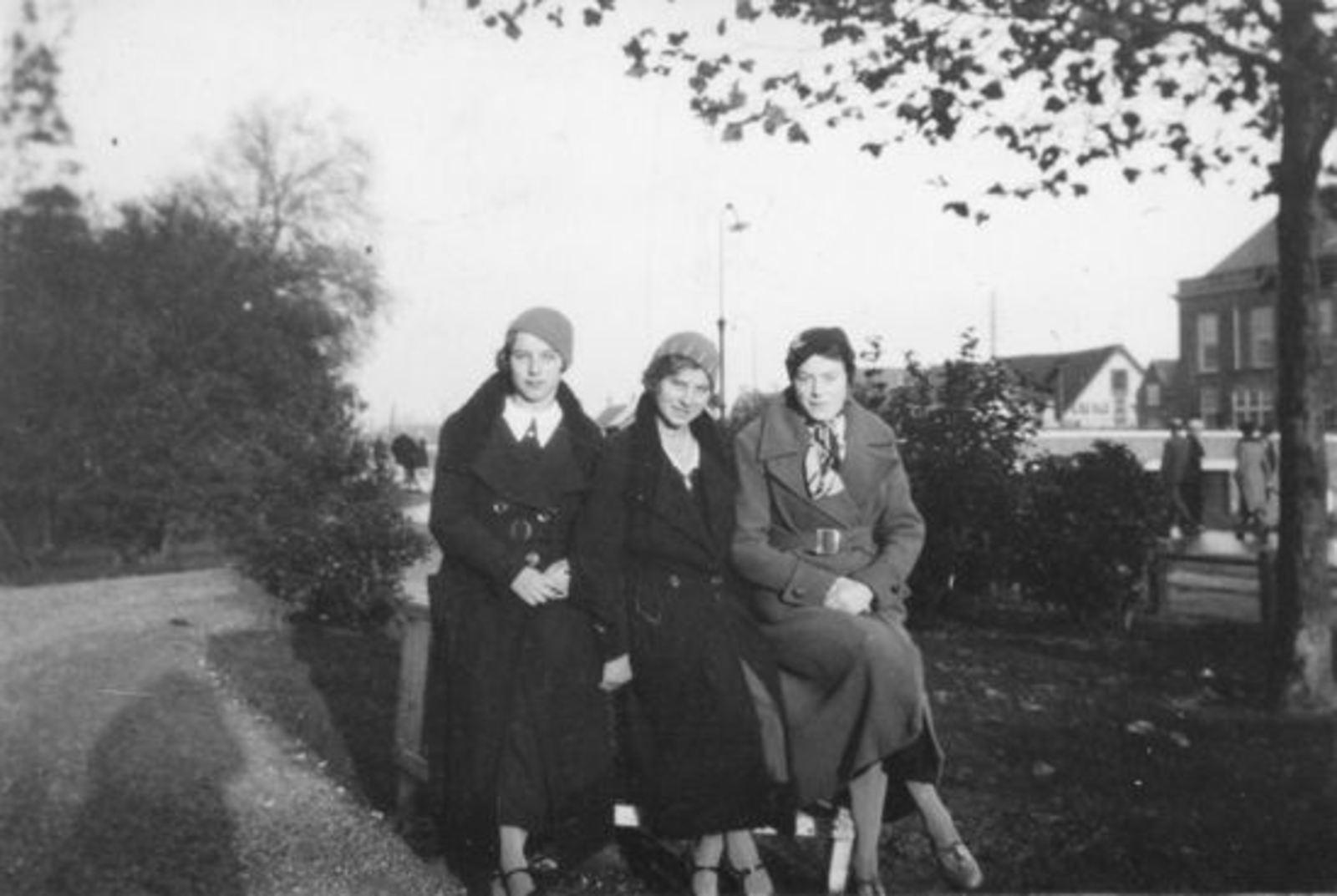 Sluis Gerrij 1917 19__ met zus Hennie voor raadhuis (2)