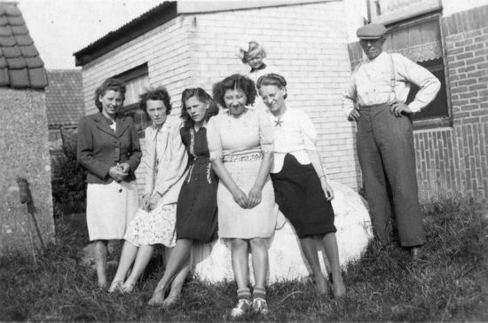 Sluis Gerrij 1917 19__ met zusters achter Fortweg 31