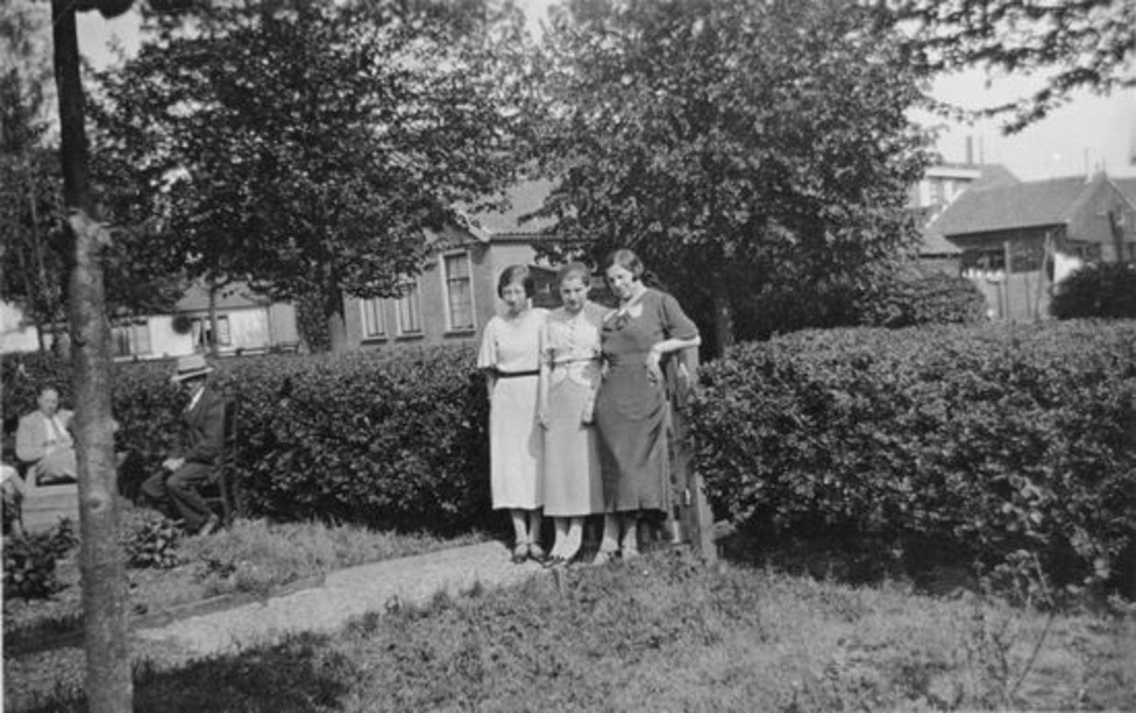 Sluis Gerrij 1917 19__ met zusters bij Fortweg 31 01