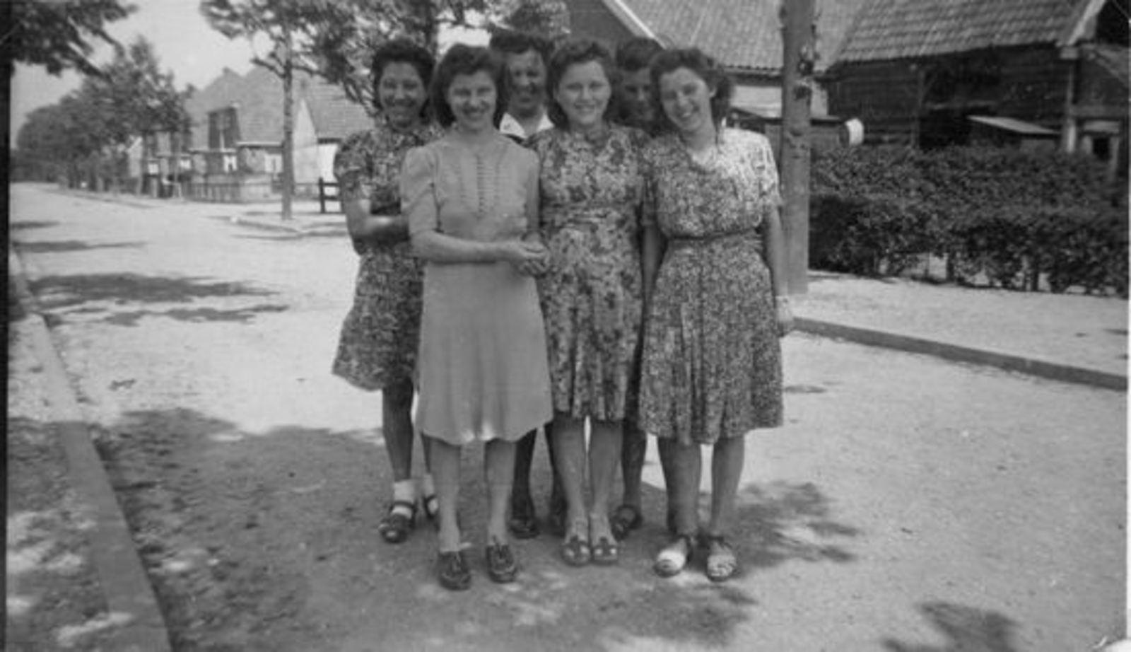 Sluis Gerrij 1917 19__ met zusters in de Fortweg