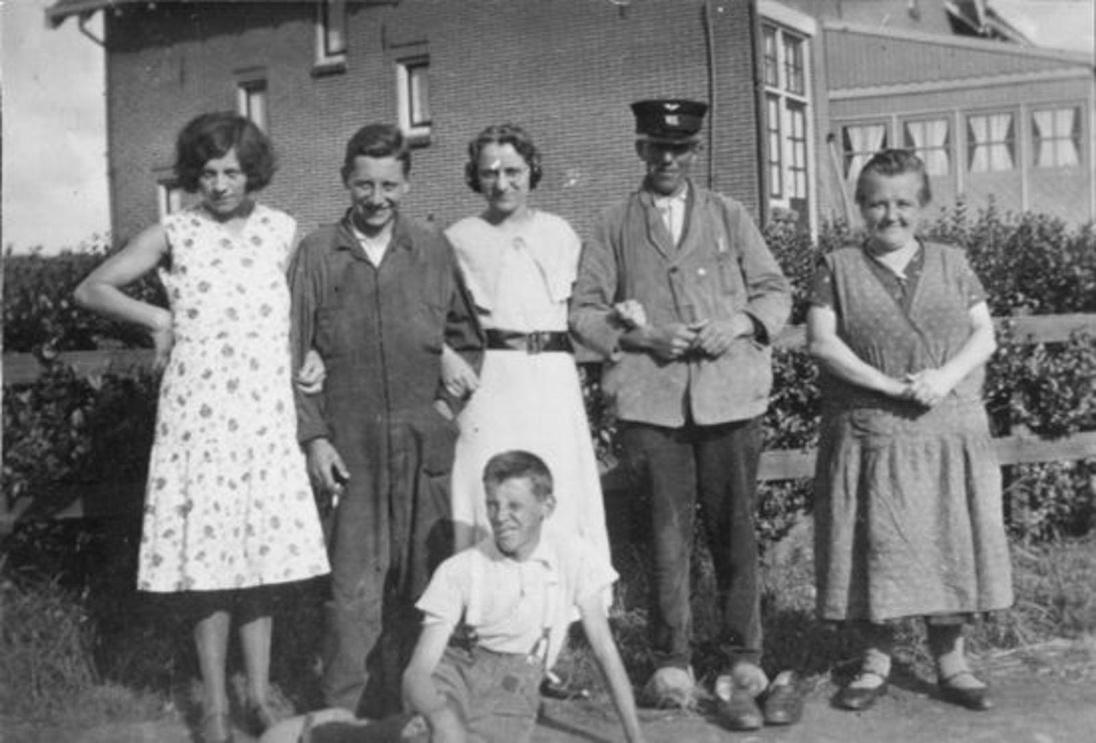 Sluis Jan 1878 19__ met kinderen bij Kruisweg 1145