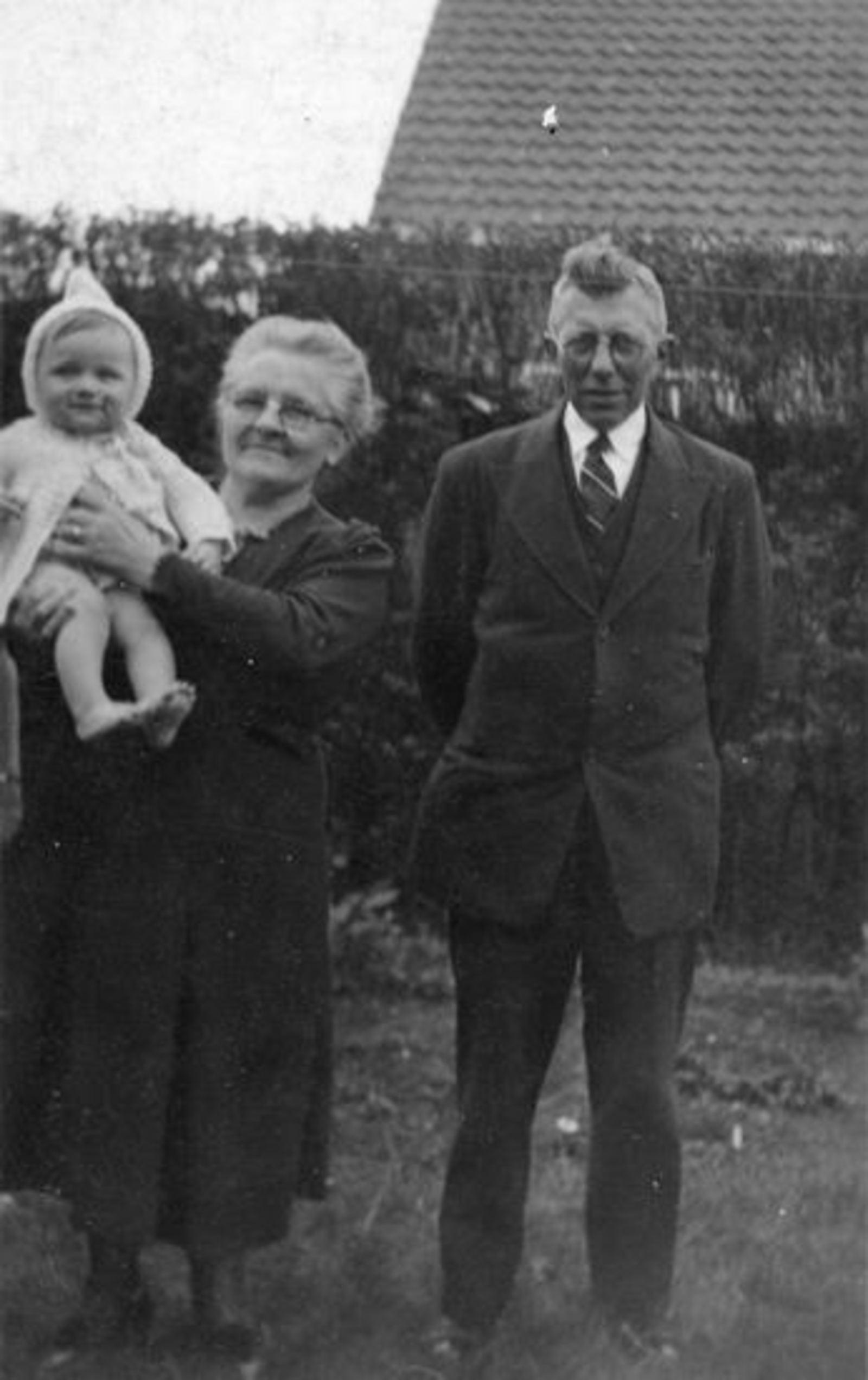 Sluis Jan 1878 19__ met vrouw Pietertje v Voorst en Onbekende Baby