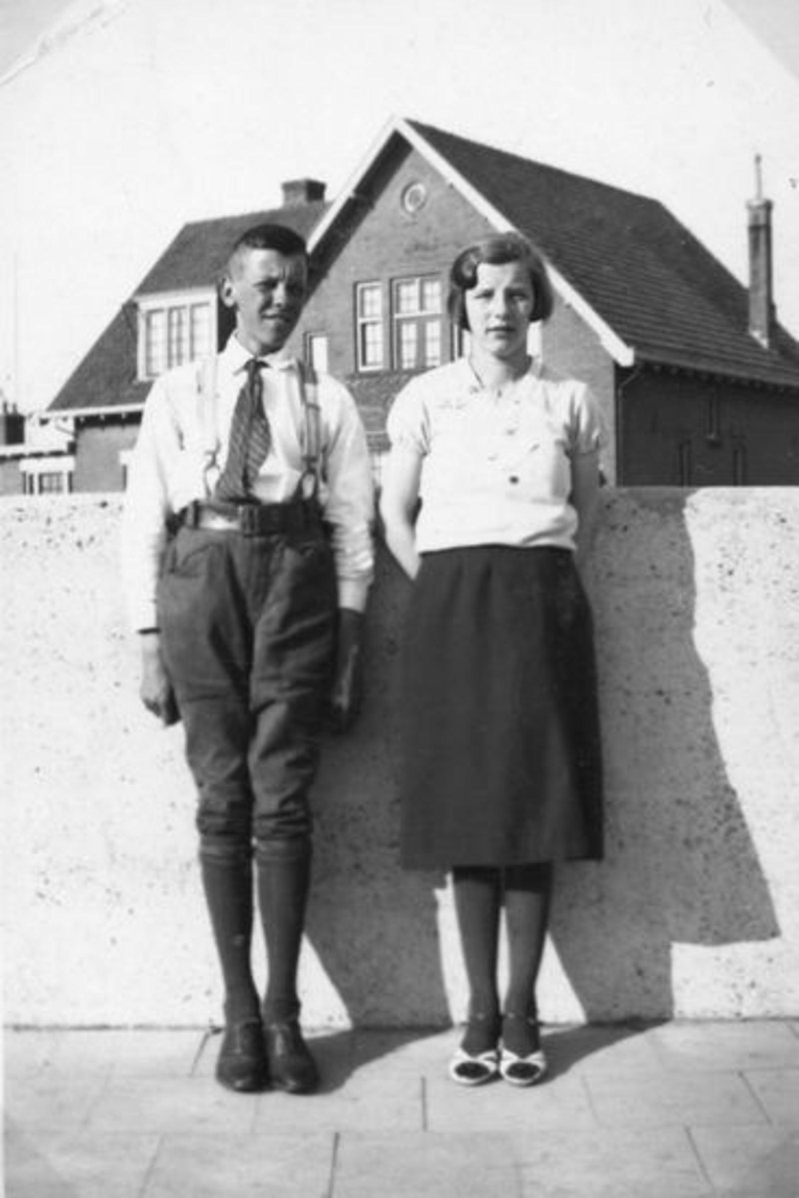 Sluis Jan J 1910 19__ met zus Gerry bij Kruisweg 1159