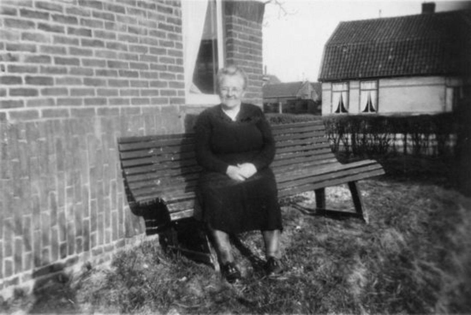 Sluis-v Voorst Pietertje 1885 19__ op Bankie in Tuin Fortweg