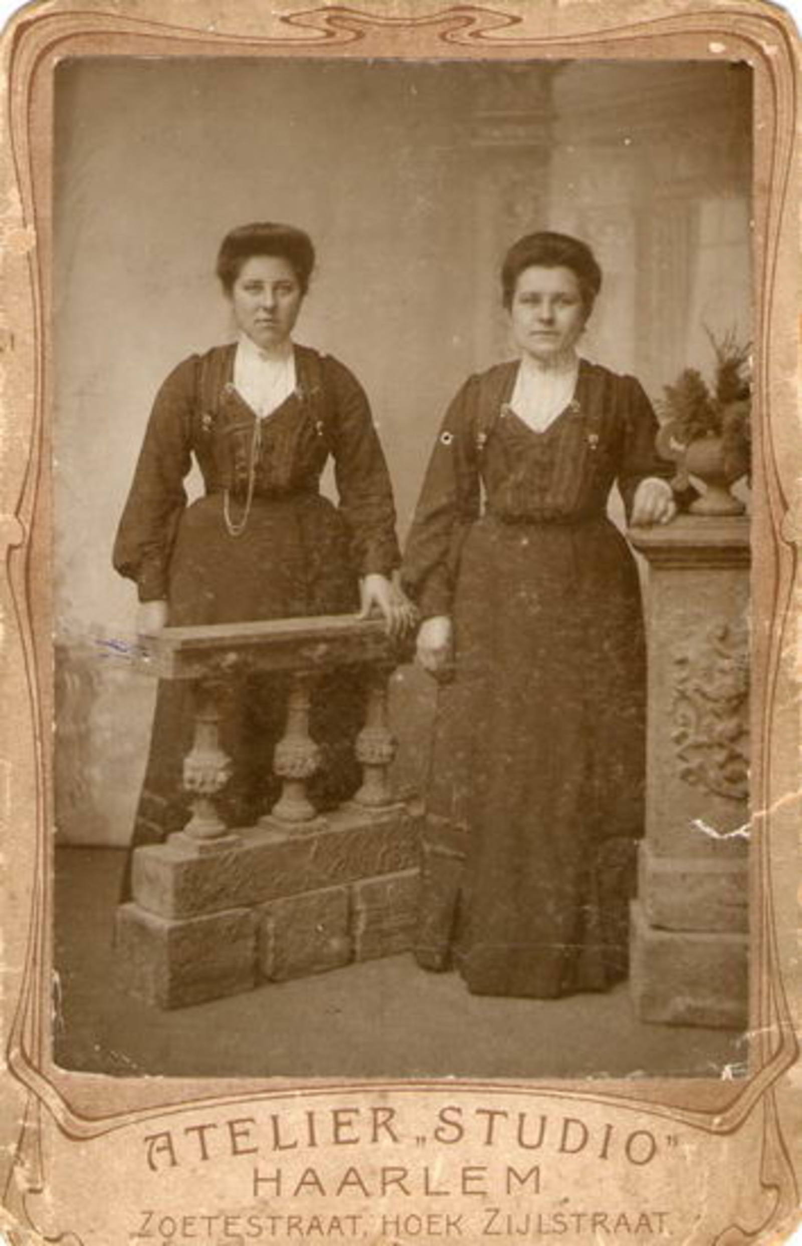Sluis-v Voorst Pietertje v 1885 19__ bij Fotograaf met tweeling Gerritje