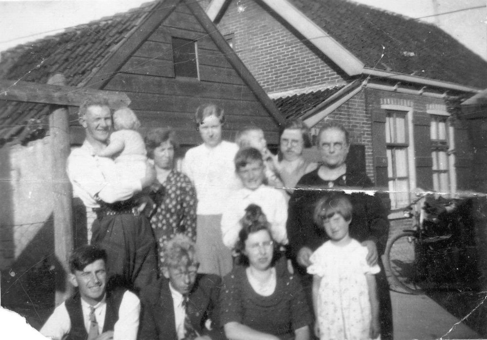 Stationsweg W 0031 1934 met Geertje Dam-Stroomer en familie 01