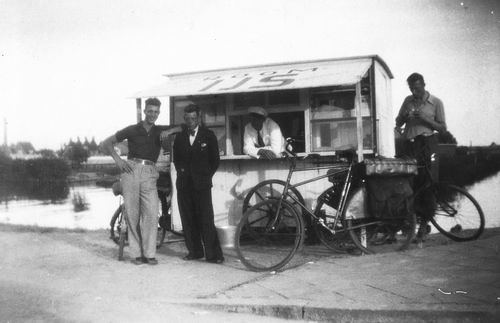 Stieva Bram 1910 19__ bij Roomijs Tentje