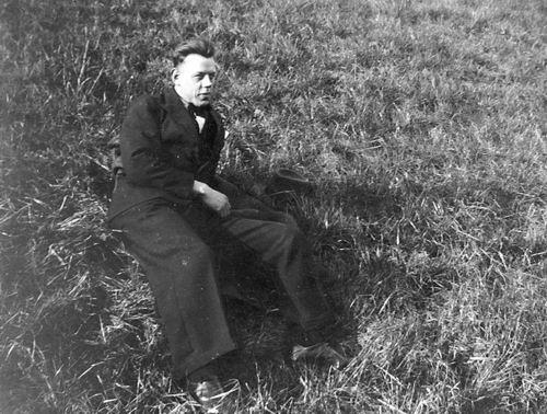 Stieva Bram 1910 19__ buiten op Grasveld