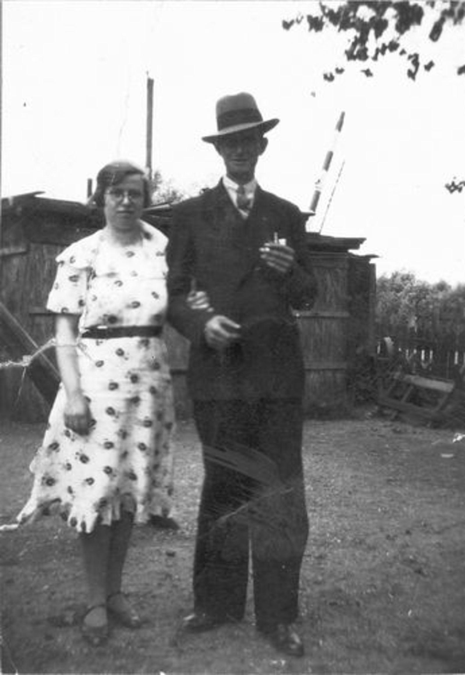 Stroomer Aafje 1912 19__ buiten met man Roel Hoogeboom