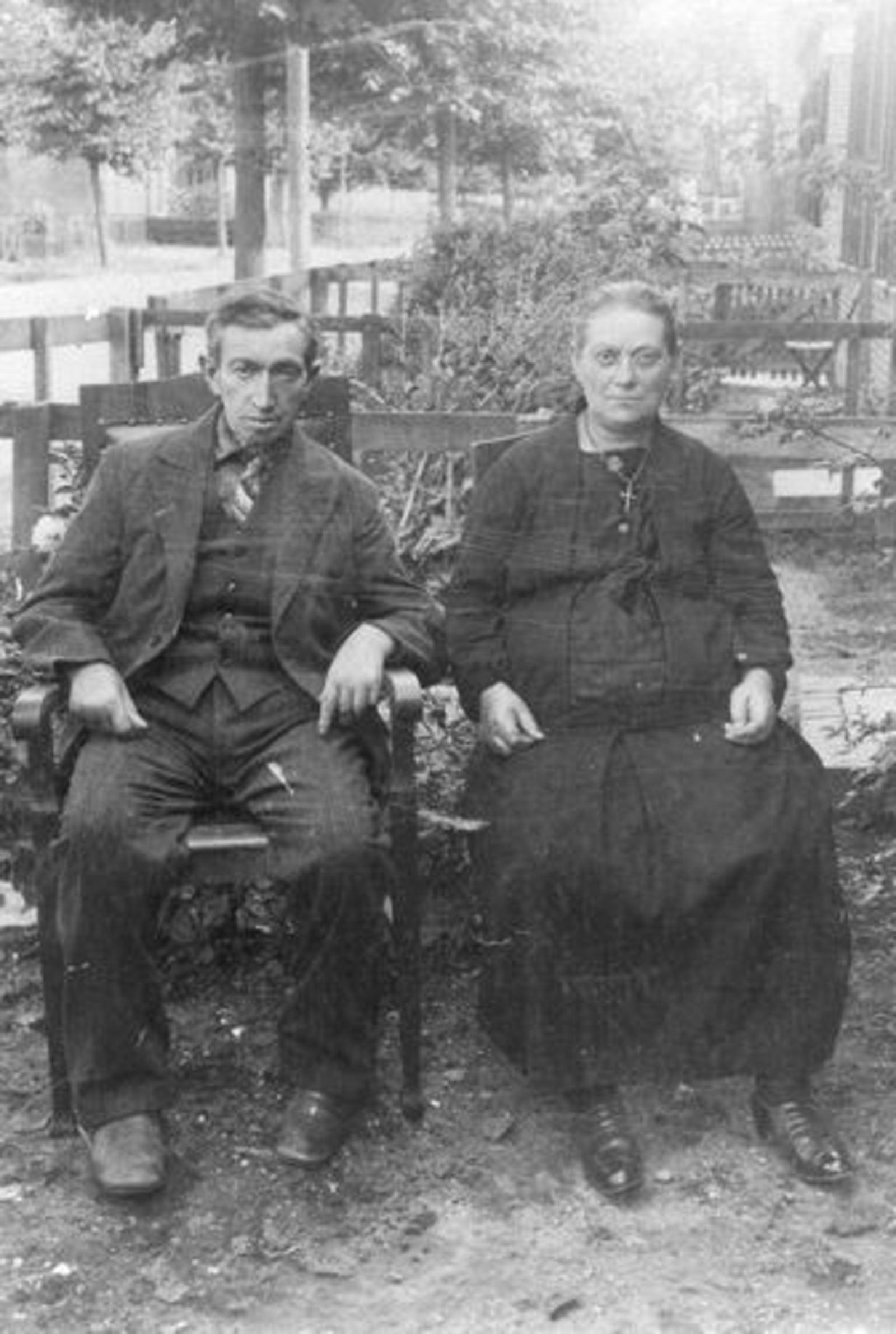 Stroomer Cornelis 1871 19__ met vrouw in Tuin Parklaan 17