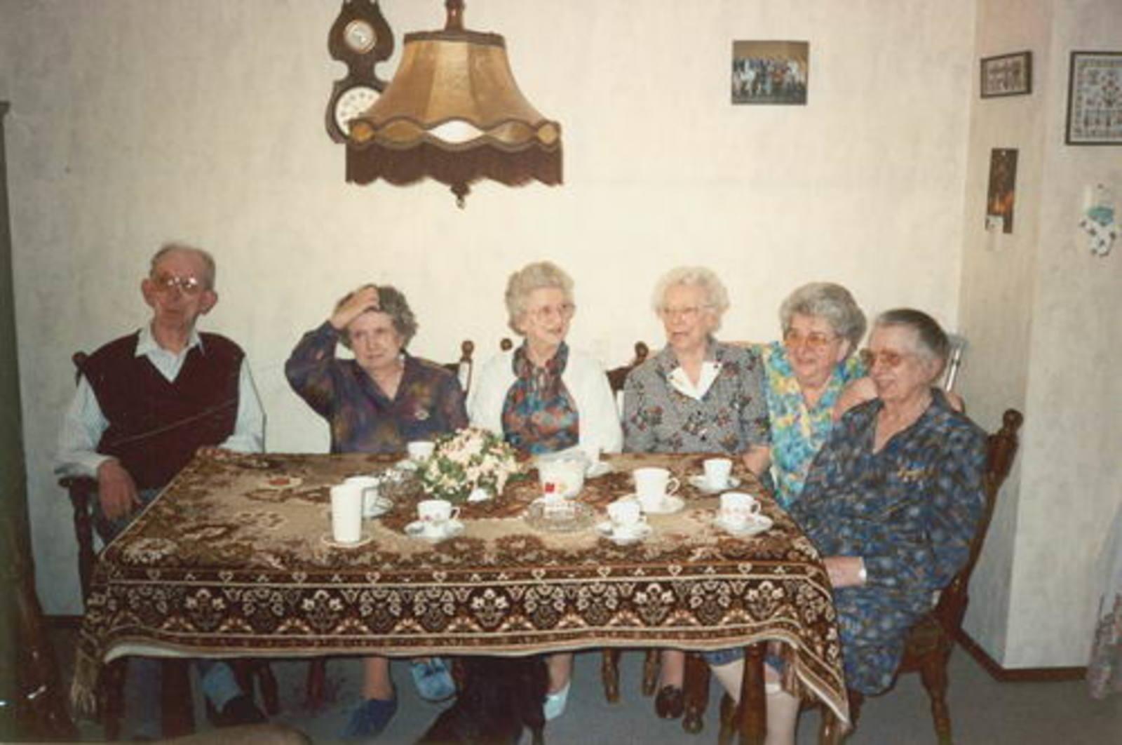 Stroomer Piet 1914 1992 binnen met Zusters en Vrouw 01