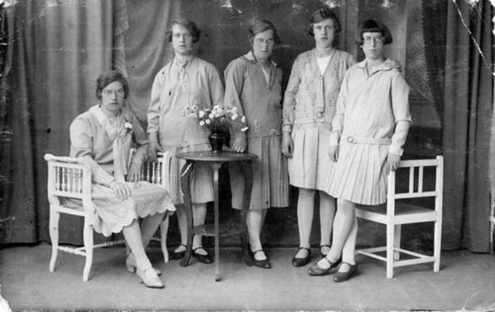 Stroomer Trijn 1905 1929 met zusters bij Fotograaf