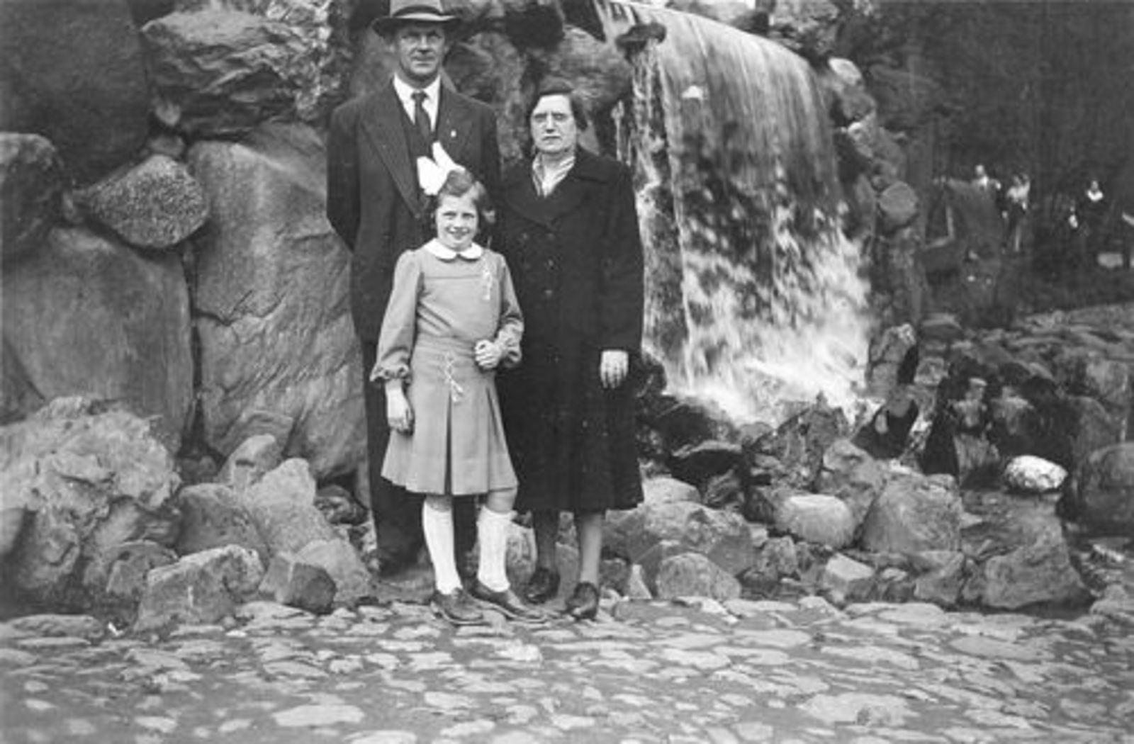 Stroomer Trijn 1905 19__ met man Toon Huiskens en Pleegkind Annie Slisser