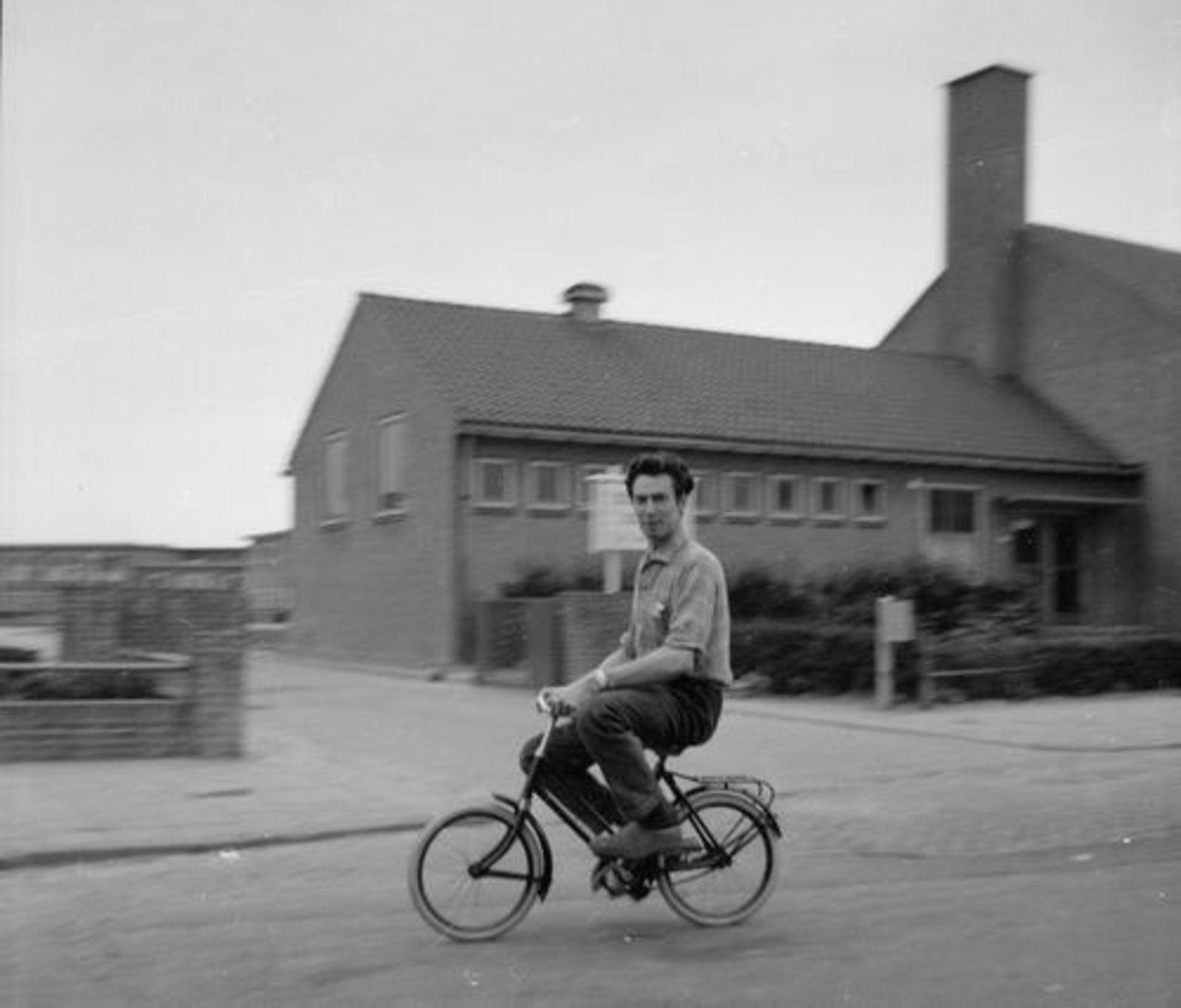 Ter Veenlaan Z 0016 1963+ LTS Gymzaal met Cor Koeckhoven op Kinderfiets