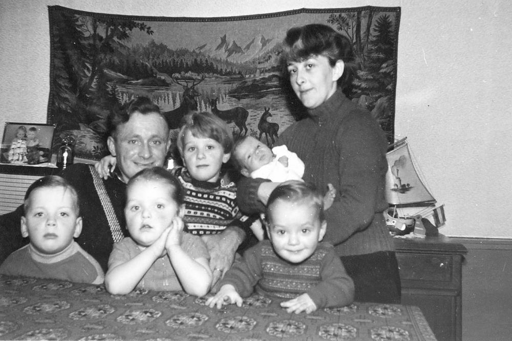 <b>ZOEKPLAATJE:</b>&nbsp;Troost-Grootveld Onbekend 1957 Gezinsfoto