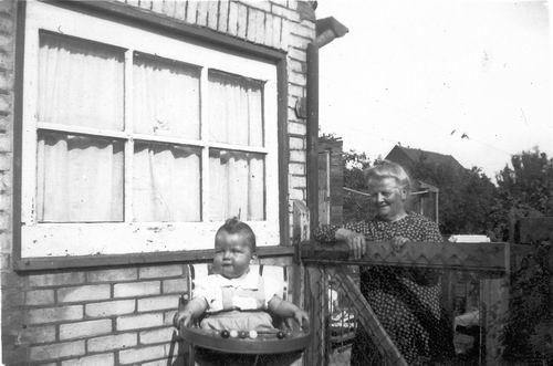 Tulen-Breed Oma 19__  met Kleinkind aan Korenaarstraat