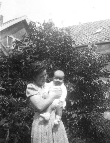 Tulen-Calvelage Greet 1920 19__ met Baby Ben Tulen