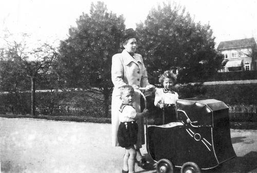 Tulen-Calvelage Greet 1920 19__ met Kinderen in Raadhuislaan