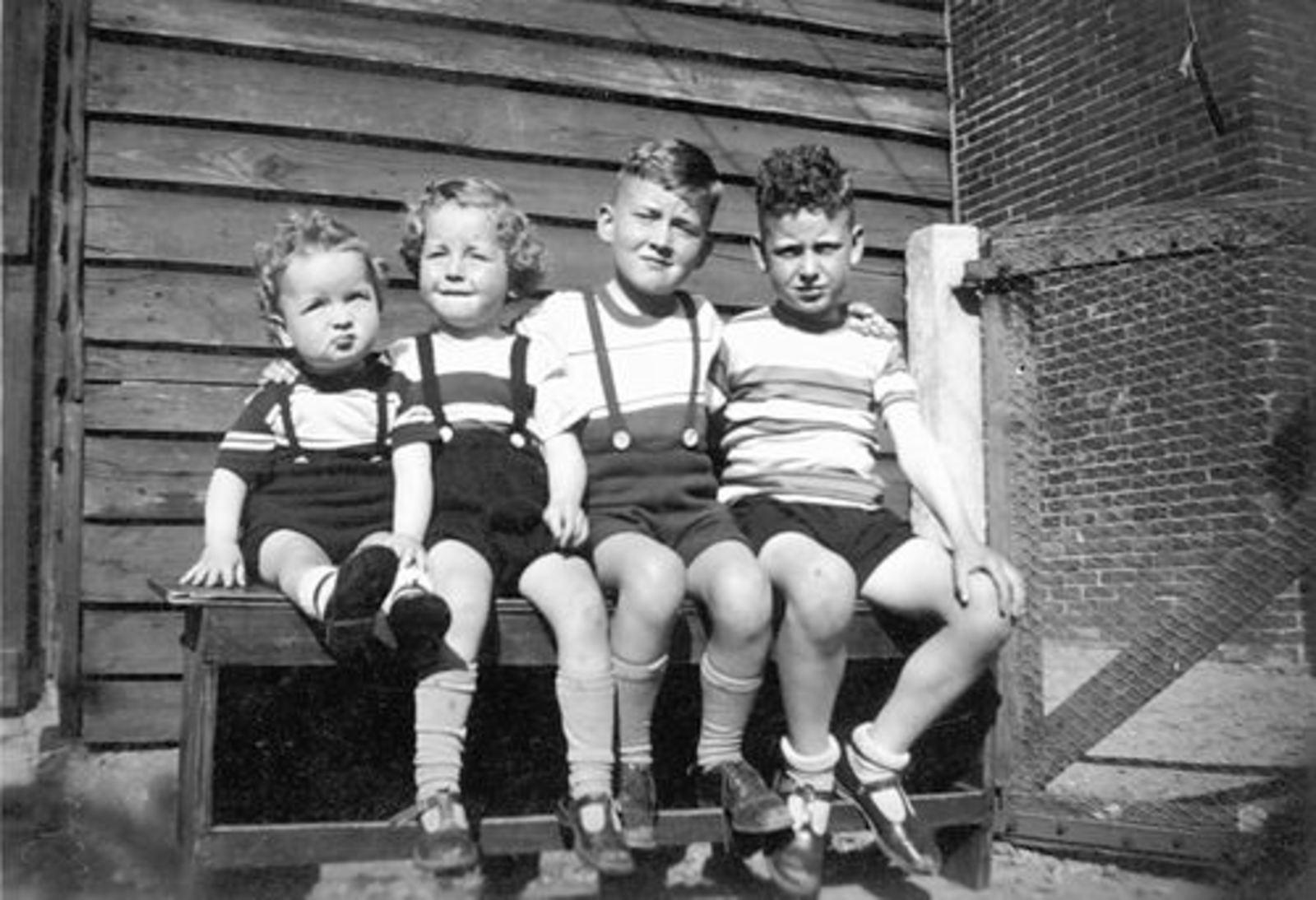 Tulen Jan 1916 1952± Zoons buiten op Bankje