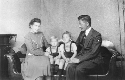 Tulen Jan 1916 19__ Gezinsfoto met 2 Kinderen