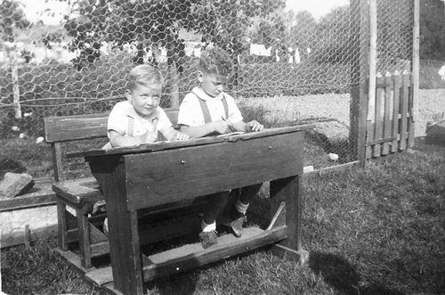 Tulen Jan 1916 19__ zoons Ben en Jaap in Schoolbank in Tuin