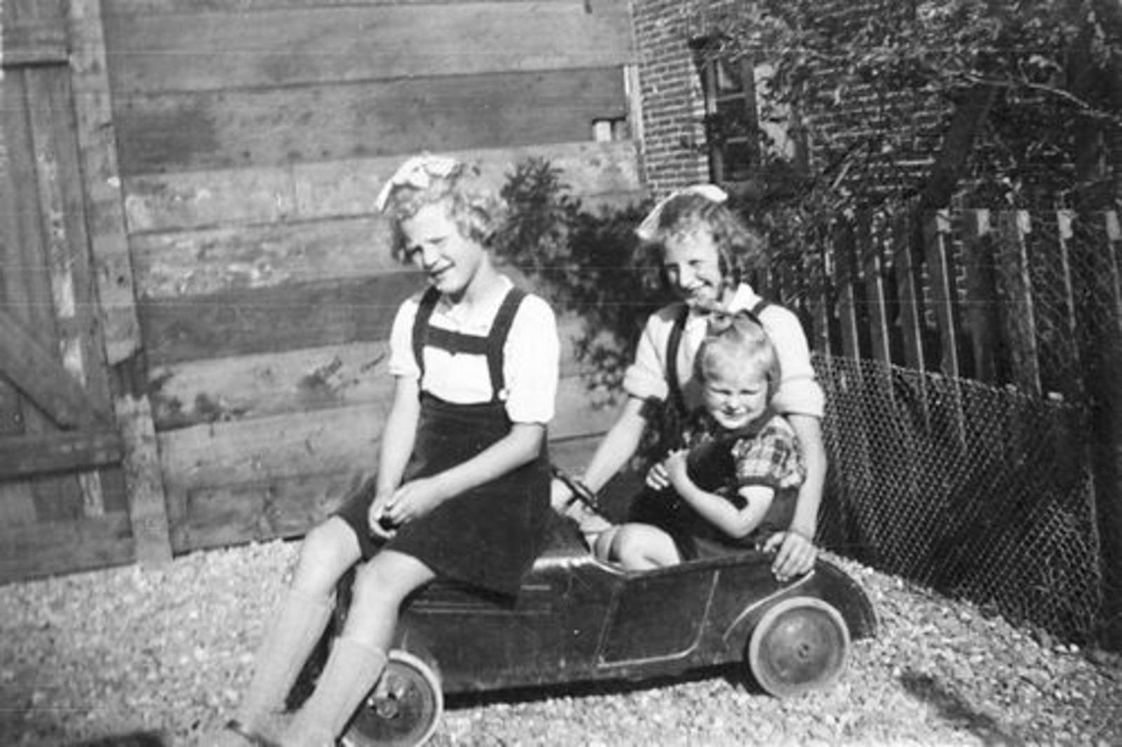 Veen Guda v 1939 1946± met zusters Henny en Leentje