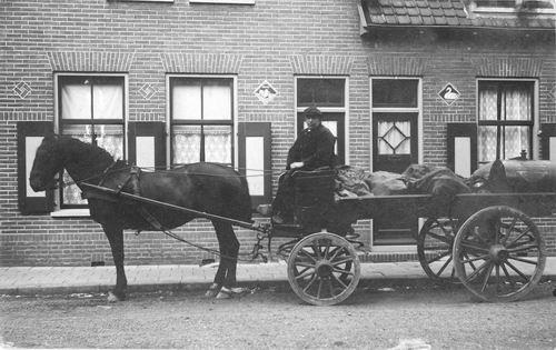 <b>ZOEKPLAATJE:</b>Veen Onbekend v 19__ Brandstoffenhandelaar op Paardenwagen in Aalsmeer