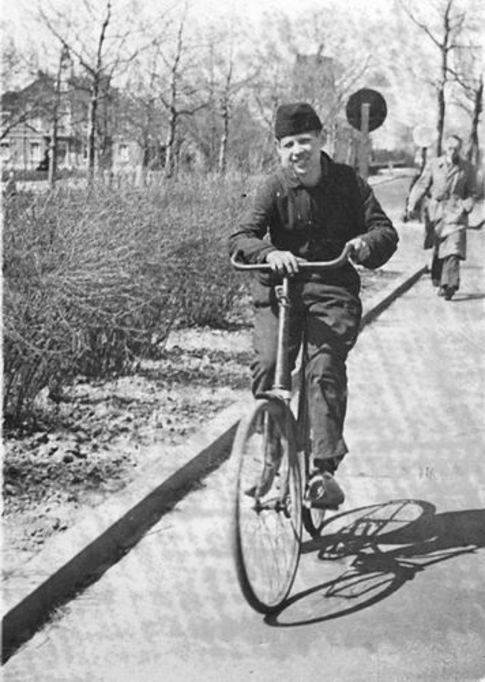 Veen Teun v 1932 19__ op de Fiets op Kruisweg