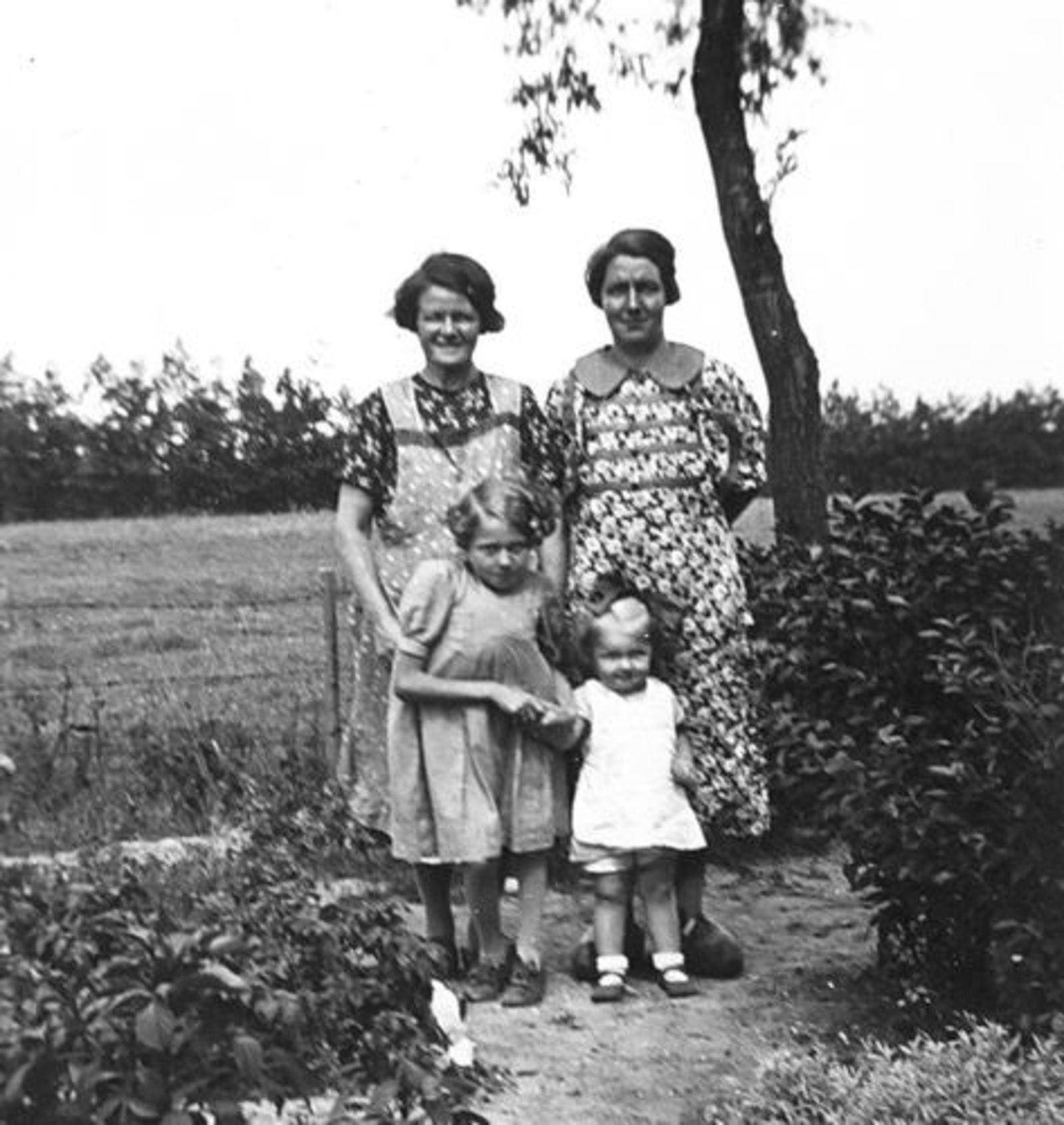 Verzaal-Cardol Catharina 1939± met dochter Marie en Kleinkinderen