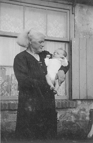 <b>ZOEKPLAATJE:</b>Verzaal-Cardol Catharina 19__ met Onbekend Baby