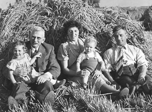 Vlieger Dirk de 1906 1949 Kinderen bij Korenschoof 02